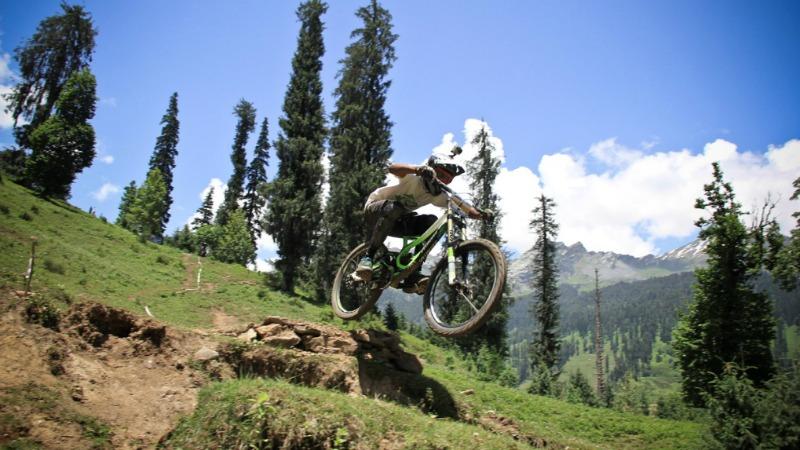 summer-adventures-mountain-biking
